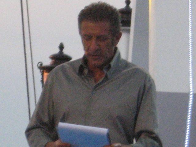 EZIO GREGGIO INIZIA LA PUNTATA E PRESENTA IL PRESIDENTE DI GIURIA